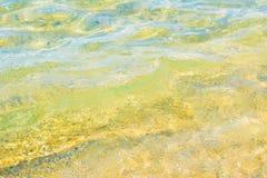L'eau claire avec le fond inférieur évident de topographie image libre de droits