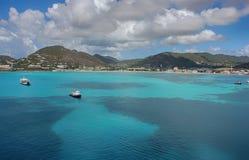 L'eau claire bleue avec des montagnes de roche, bateaux, yacht Image stock