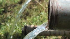 L'eau claire découlant du tuyau banque de vidéos