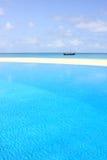 L'eau claire dans la piscine sur la plage images libres de droits