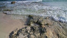 L'eau claire de méditerranéen avec le fond et la pierre arénacés banque de vidéos