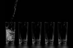 L'eau claire est versée Image stock