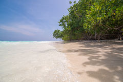 L'eau claire et plage propre à l'île de Tachai, Thaïlande Image libre de droits