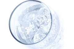 L'eau claire fraîche dans une glace Photographie stock libre de droits