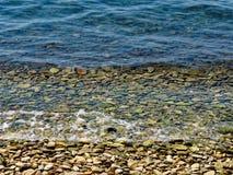 L'eau claire sur Rocky Beach Image libre de droits