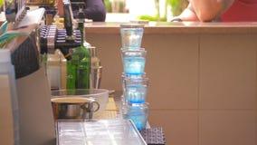 L'eau colorée en verres banque de vidéos