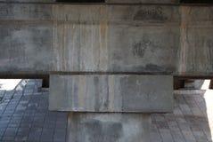 L'eau concrète d'égouttement de Mostas de soutien photo stock