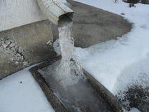 L'eau congelée laissant la canne sur la rue à Dallas photo stock