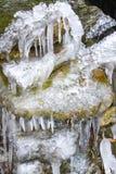L'eau congelée sur des roches de montagne Photographie stock