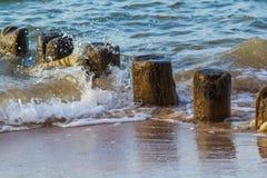 L'eau contre des brise-lames Photos libres de droits