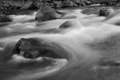 L'eau coulant autour des roches Photo libre de droits
