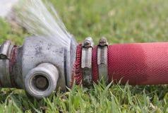 L'eau coulant des joints de canalisation Photo libre de droits