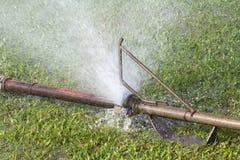 L'eau coulant des joints de canalisation Photos stock