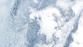 L'eau coulant sous la surface transparente de glace Fond de glace Modèle de glace banque de vidéos