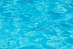 L'eau déchirée par bleu dans la piscine photographie stock libre de droits