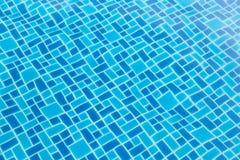 L'eau déchirée par bleu dans la piscine Images libres de droits