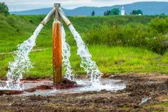 L'eau découlant du robinet extérieur image stock