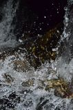 L'eau d'éclaboussure avec les milieux noirs Photo libre de droits