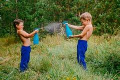 L'eau d'éclaboussure d'enfants sur l'un l'autre photographie stock