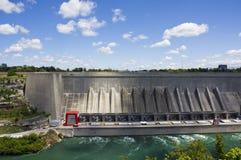 l'eau d'énergie hydraulique de barrage Photos stock