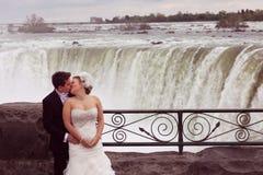 L'eau d'amour de jeunes mariés Photos stock