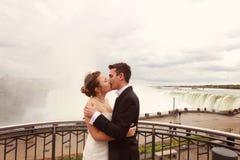 L'eau d'amour de jeunes mariés Image stock