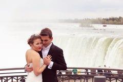 L'eau d'amour de jeunes mariés Images stock