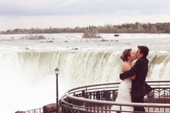 L'eau d'amour de jeunes mariés Photo libre de droits