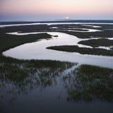 L'eau d'enroulement dans le marais. photographie stock libre de droits