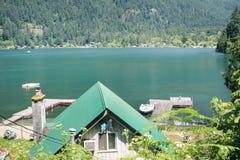 L'eau d'espace libre de colline verte et beau dessus de toit Photos stock