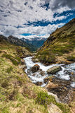 L'eau d'espace libre de Cristal dans le courant de Pyrénées Photos libres de droits