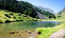 L'eau d'espace libre de Cristal dans un lac mountain Photos stock