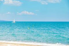 L'eau d'océan de mer de navigation de yacht de voilier sur l'horizon, sport d'été Photo libre de droits