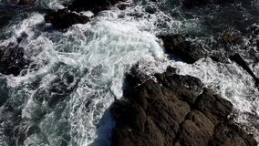 L'eau d'océan tourbillonne comme vu de au-dessus de la roche clips vidéos