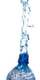 L'eau d'une bouteille image libre de droits