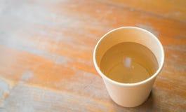 L'eau dans des tasses de papier Photos libres de droits