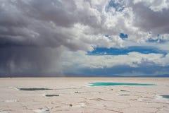 L'eau dans le désert de sel des salines Grandes Photo stock