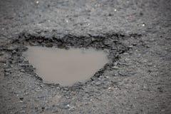 L'eau dans le trou dans l'asphalte photos libres de droits