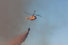 L'eau de baisse d'hélicoptère lourd de sauvetage d'incendie Photos libres de droits