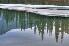 L'eau de bleu glacier Images libres de droits