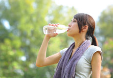 L'eau de boissons après sport Images libres de droits