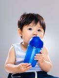 L'eau de boissons de bébé garçon photos libres de droits