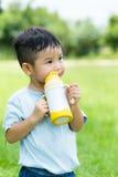 L'eau de boissons de bébé garçon image libre de droits