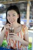 L'eau de boissons de femmes Photo stock