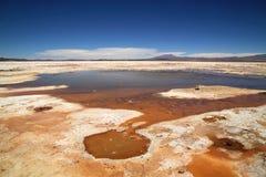 L'eau de bouillonnement dans Uyuni salent des appartements, Bolivie, Amérique du Sud Image libre de droits