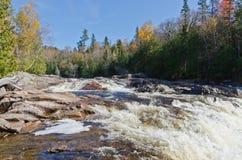 L'eau de cascade au-dessus des roches Photographie stock libre de droits