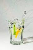 L'eau de chaux et de citron éclaboussent dans le tonique de genièvre Photo libre de droits
