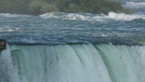 L'eau de chutes du Niagara banque de vidéos