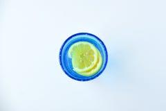 L'eau de citron dans un verre de bleu de turquoise Photo stock