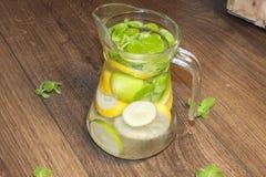 L'eau de citron, de chaux et de menthe Image stock